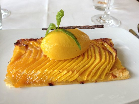 Issy-les-Moulineaux, Frankreich: tarte fine  la mangue avec sa boule de glace