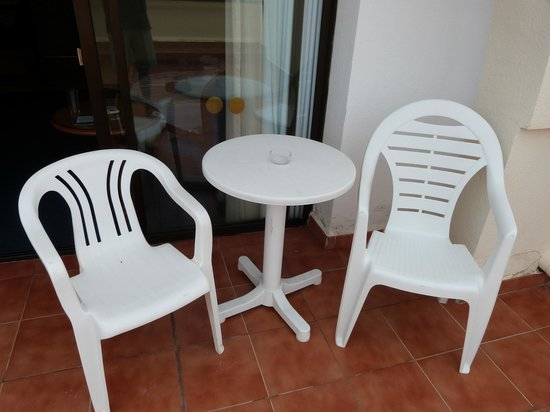 Riu Monica Hotel Nerja: Cheap terrace furniture