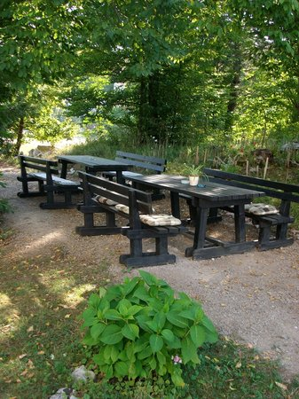 Rakovica, Croazia: Benches and Tables