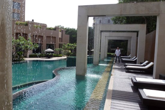 Radisson Blu Plaza Delhi: Interesting architectural features poolside