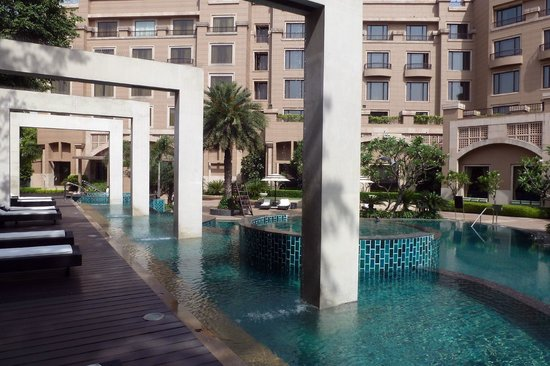 Radisson Blu Plaza Delhi: Attractive garden and pool
