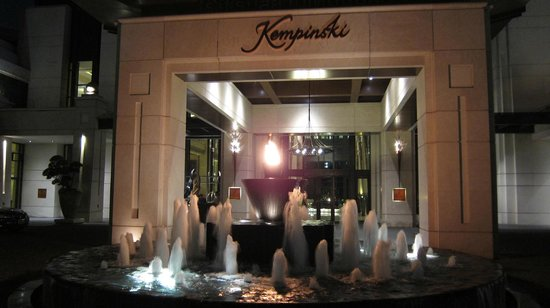 Siam Kempinski Hotel : main entrance by night 