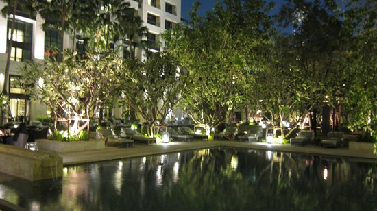 Siam Kempinski Hotel: garden by night