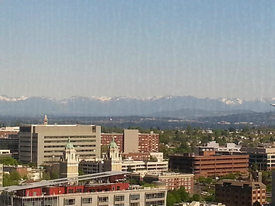 Crowne Plaza Seattle Downtown Area: View of the mountains from the 34th floor