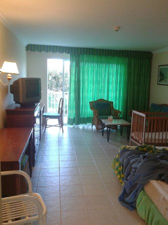 Hotel Playa Coco : hotel room with crib (sorry, bed was slept in in this pic)