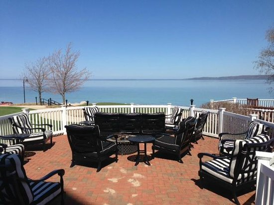 Inn at Bay Harbor - A Renaissance Golf Resort: A lovely view of the bay off the main lobby and bar