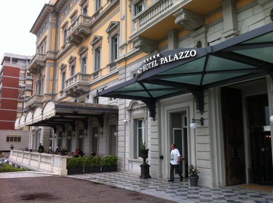 NH Grand Hotel Palazzo: Facade and outdoor terrace off the restaurant