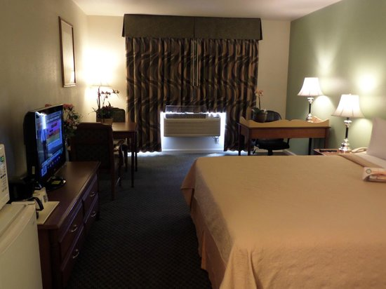 Tulare, Californien: King Bedroom with In-Room Amenities
