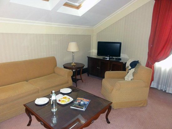 Excelsior Hilton Palermo : Seating, TV, welcome gift