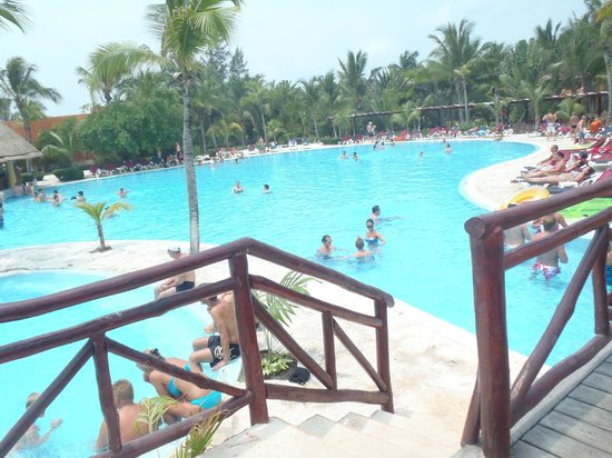 Barcelo Maya Beach: party pool