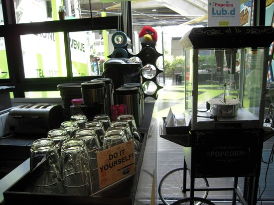 Lub d Bangkok - Siam Square: Free DIY coffee/tea corner, available from 2 pm until 6 am daily.