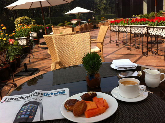 Shangri-La's Eros Hotel : breakfast in the garden