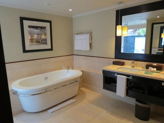 LUX Le Morne: Bathroom suite