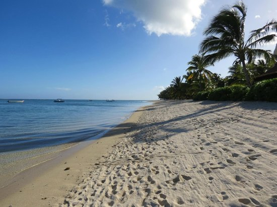 LUX Le Morne: Looking North along the beach