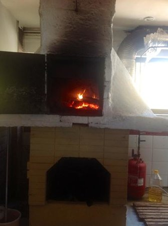 Minerva Beach: Traditional Brick Oven