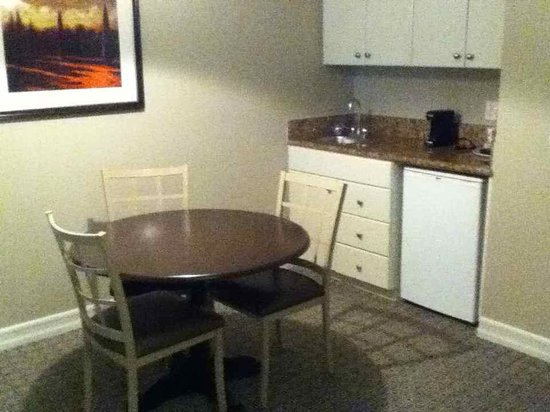Tuscany Suites & Casino: Kitchenette sitting area