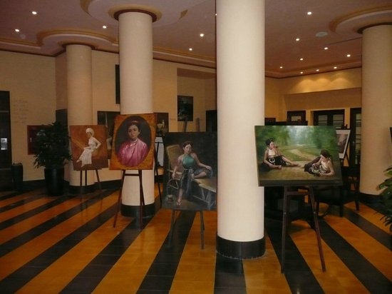 La Residence Hue Hotel &amp; Spa : Art display in foyer of hotel wing 