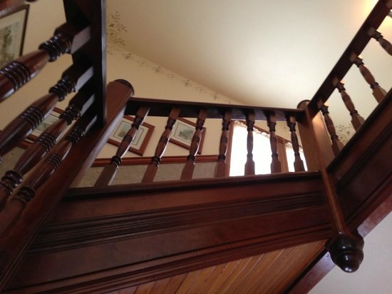 The Hayward House Bed & Breakfast: Stairway to guest rooms