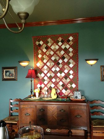The Hayward House Bed & Breakfast: In the dining room