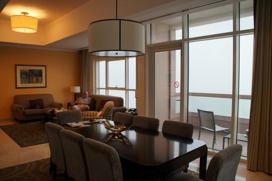 Dubai Marriott Harbour Hotel & Suites: 3 bed suite - lounge and dining area