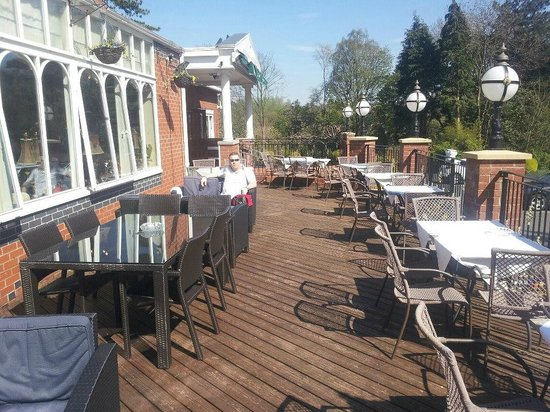 Clayton le Woods, UK: Patio area - ideal for catching the sun