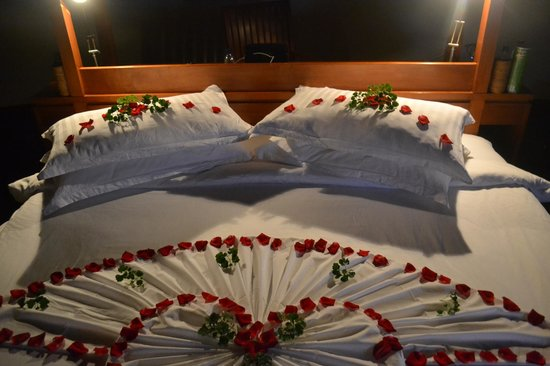 Anantara Dhigu Resort & Spa : Rose petals on our bed (last night in the resort)