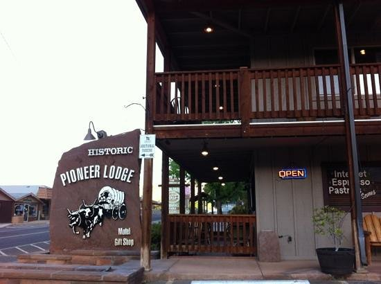 Historic Pioneer Lodge: entree