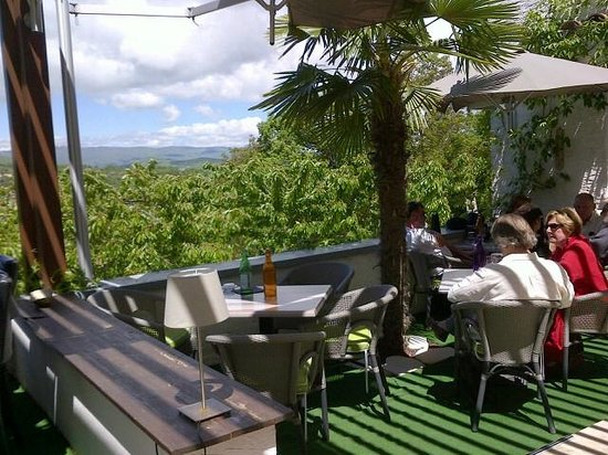 La vue de la terrasse sur Forcalquier et la montagne de Lure