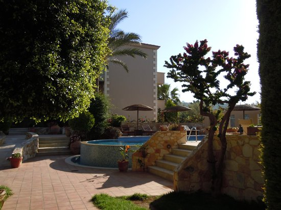 Maleme, Griekenland: Swimming pool and jacuzzi area