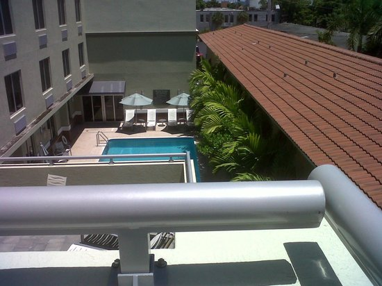 Miami Springs, FL: View of pool from our corner balcony