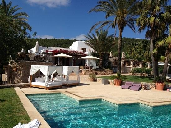 San Rafael, Spanyol: nice view of the pool and restaurant of Can Lluc (Ibiza)