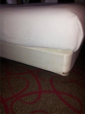 Bally's Atlantic City: Missing bedskirts in room two