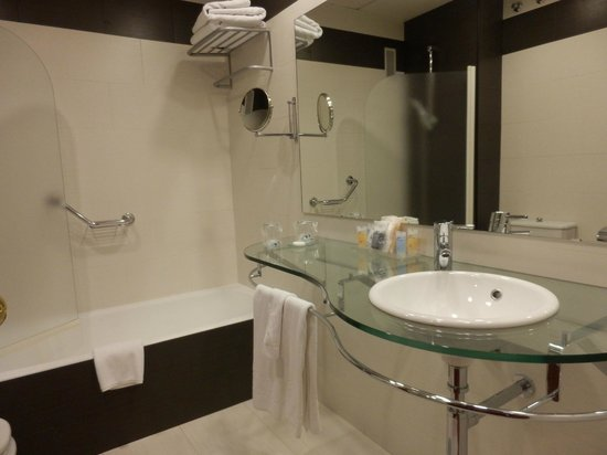Monte Triana Hotel: Neat tidy modern bathroom