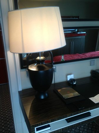 Hotel de Rome: Wobbly lampshade