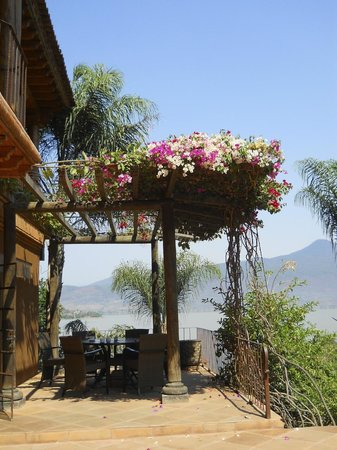 Tzintzuntzan, Mexico: Flowering shade over the smaller dining area