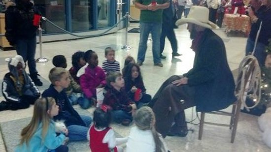 Gastonia, Βόρεια Καρολίνα: Cowboy Steve tells Cowboy Christmas stories during the Schieleville Christmas celebration
