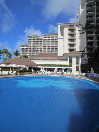 Halekulani Hotel: Pool to the rest of the hotel