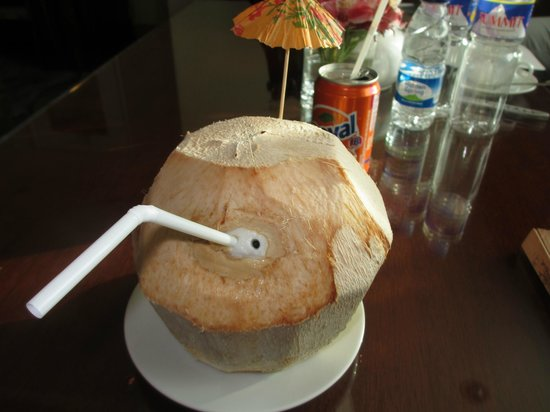 Crowne Plaza Manila Galleria: Fresh Coconut water up in the Club