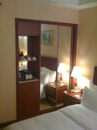 Jianguo Hotel: Mini-bar, wardrobe and mirror