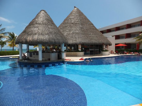 Temptation Resort Spa Cancun: Pool and pool bar