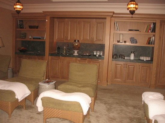 Montage Beverly Hills: The lounge at the spa