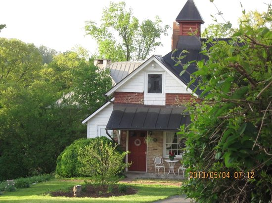 The Staunton Choral Gardens Bed and Breakfast: The Carriage House, view from back of main house