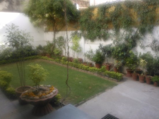 All Seasons Homestay Jaipur: garden