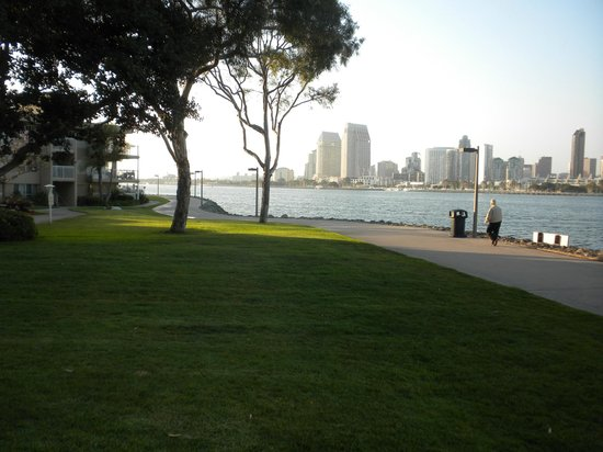 Marriott Coronado Island Resort: Walkway to restaurants right outside of hotel