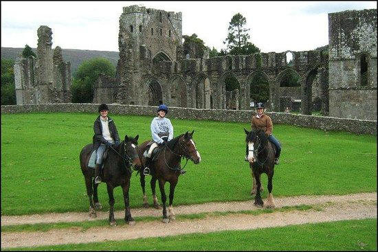 Abergavenny, UK: Llanthony Priory at the end of a wonderful full-day hack