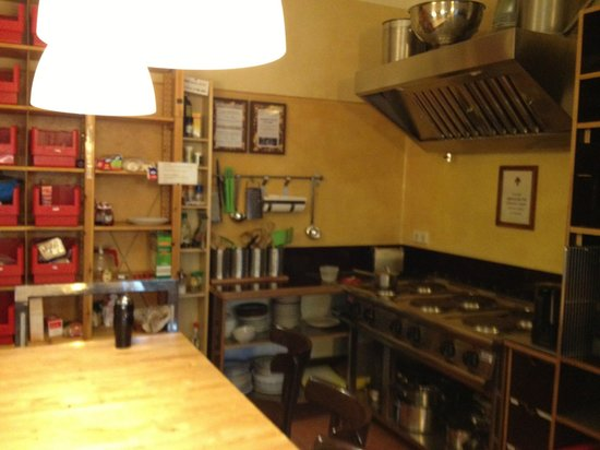 EastSeven Berlin Hostel: Organized kitchen with great appliances.