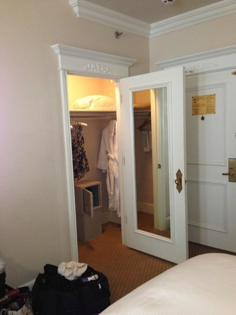 Le Pavillon Hotel: closet and safe