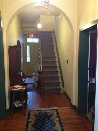 Hermann, MO: Entryway leading upstairs to rooms