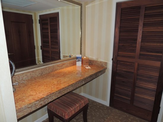 Monterey Plaza Hotel & Spa: Make up and dressing area