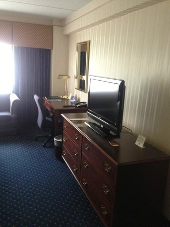 Crowne Plaza Hotel Nashua: Flat screen TV &amp; Desk